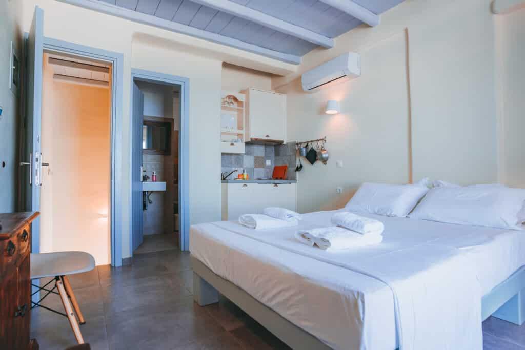 Upper studio bedroom 9